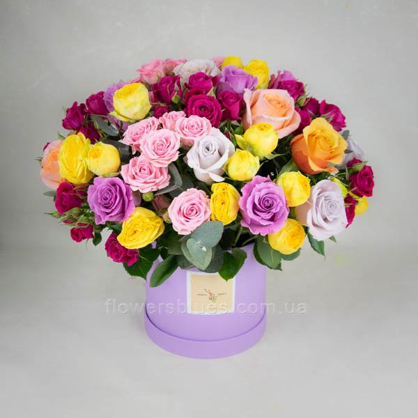 яскрава композиція квітів в коробці