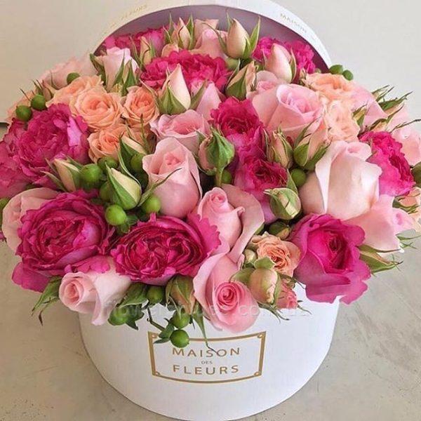 кругла коробка з квітами