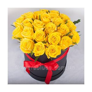 жовті троянди в коробці