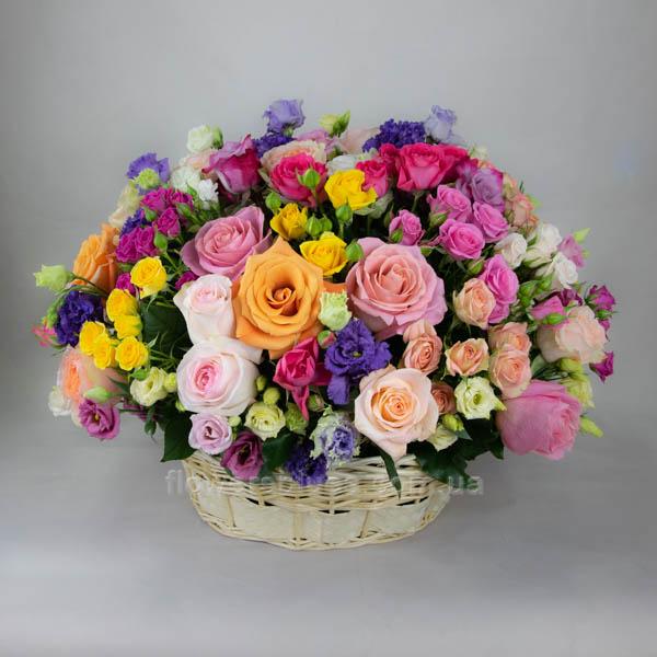 букет квітів в кошику