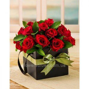червоні троянди в квадратній коробці