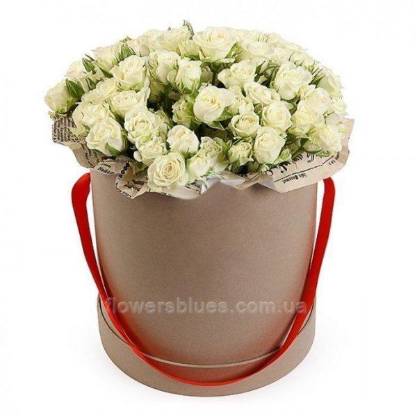 білі троянди в великій коробці