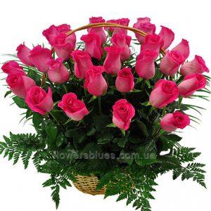 букети троянд в кошиках