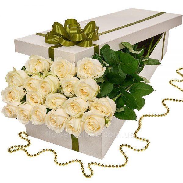 білі троянди в коробці