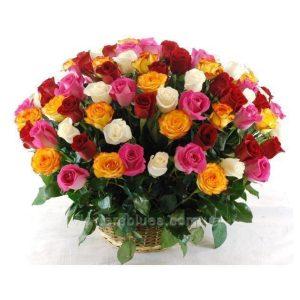великий букет троянд в кошику